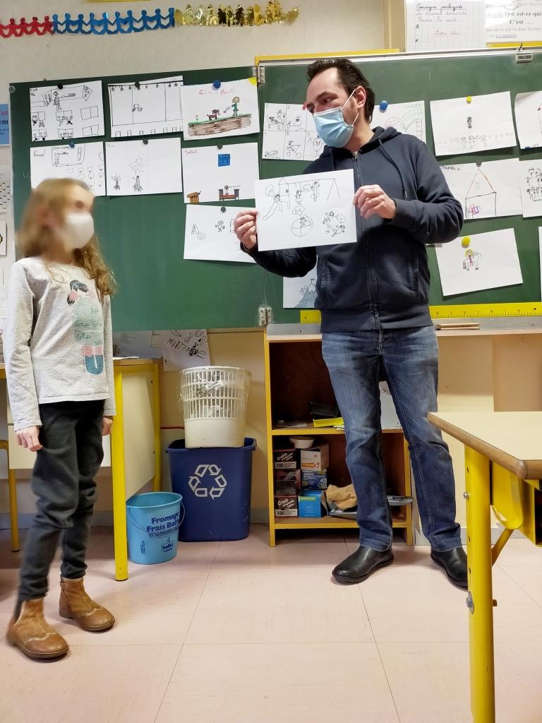 Philippe Chauveau en intervention dans une école d'Angers pour une médiation scolaire autour du théâtre et de ce qu'est l'enfance.